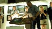 Le représentant des Pastels Girault présentant le coffret de 300 pastels, cadeau à l'invitée d'honneur, Leoni Duff