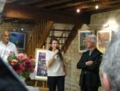 La représentante culturelle du Conseil Départementale entourée d'Hervé Louis et du maire de Magné